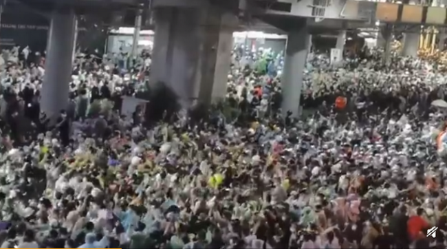 """泰国曼谷再次爆发大规模抗议,示威者举出反政府""""三指""""手势表达不满"""